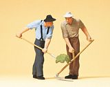 Preiser 63053 Farmers with scythe and pitch-fork