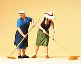 Preiser 63075 Farmers wives with rake